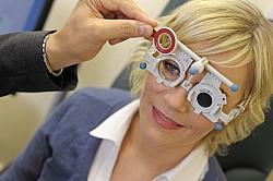 Gleitsichtbrille Berlin – Fingerspitzengefühl: Zur Anpassung einer Gleitsichtbrille werden auch die persönlichen Sehgewohnheiten berücksichtigt.
