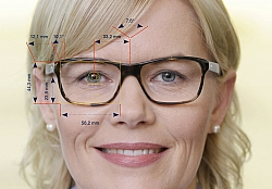 Gleitsichtbrille Berlin Es geht um ein Zehntel Millimeter: Das Videozentriersystem ist Voraussetzung für die genau Analyse zwischen Brille und Brillenträger.