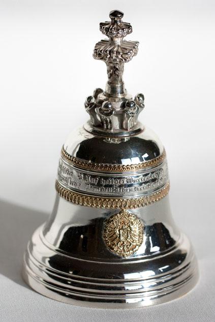 Mit kaiserlichen Glöckchen aus Silber wurden in den Gründer - jahren Unternehmen geehrt, die neben ihrem Hauptgeschäft auch eine Niederlassung in Lichterfelde-West betrieben