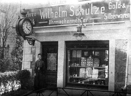 Das Geschäft für Uhren, Optik, Gold- und Silberwaren, das Wilhelm Schulze, seines Zeichens Uhrmachermeister, in der Ringstraße 71 in Lichterfelde am 1. Oktober 1894 eröffnete