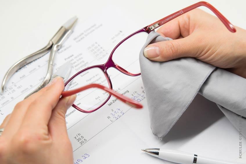 Die Brille wird noch einmal komplett gereinigt, gerichtet, administrativ bearbeitet und so für unsere Kunden perfekt vorbereitet